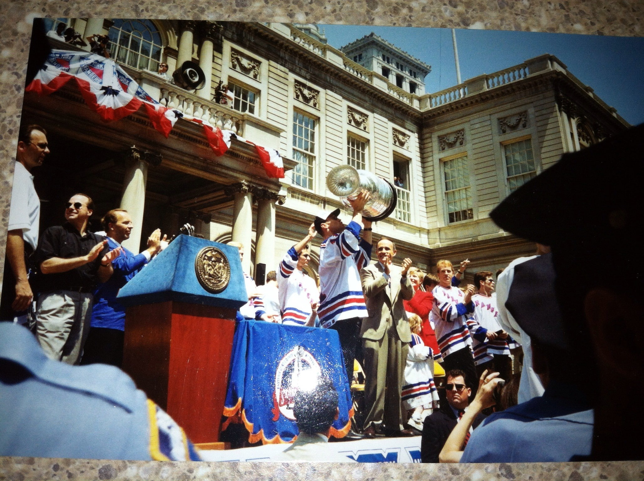 Mark Messier kisses the Stanley Cup before my eyes (FTHN 1994)
