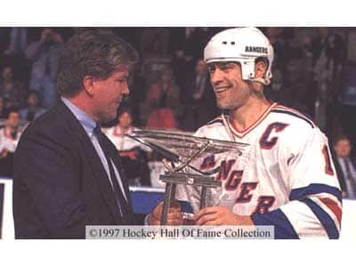 Messier accepts the President's Trophy 1994