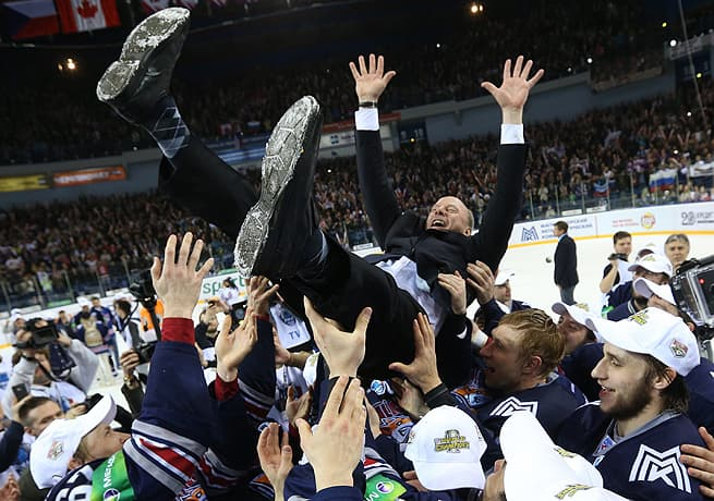 Mike Keenan wins the Gagarin Cup (Artyom Korotayev/ZumaPress.com)