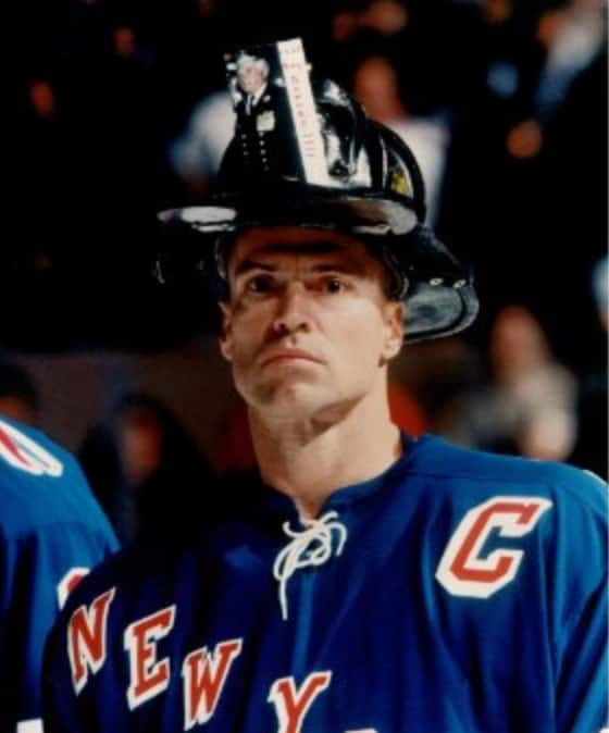 Mark Messier proudly wore the helmet of fallen firefighter,